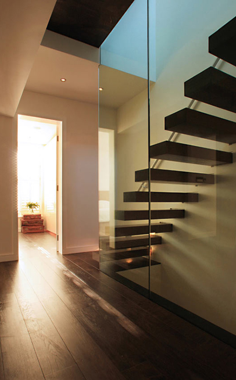Structural glass wall and landing with cantilever staircase