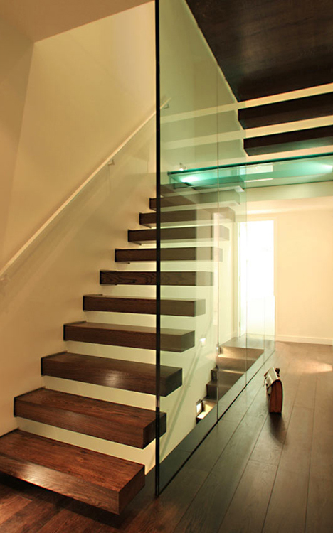 structural glass wall and landing with cantilever
